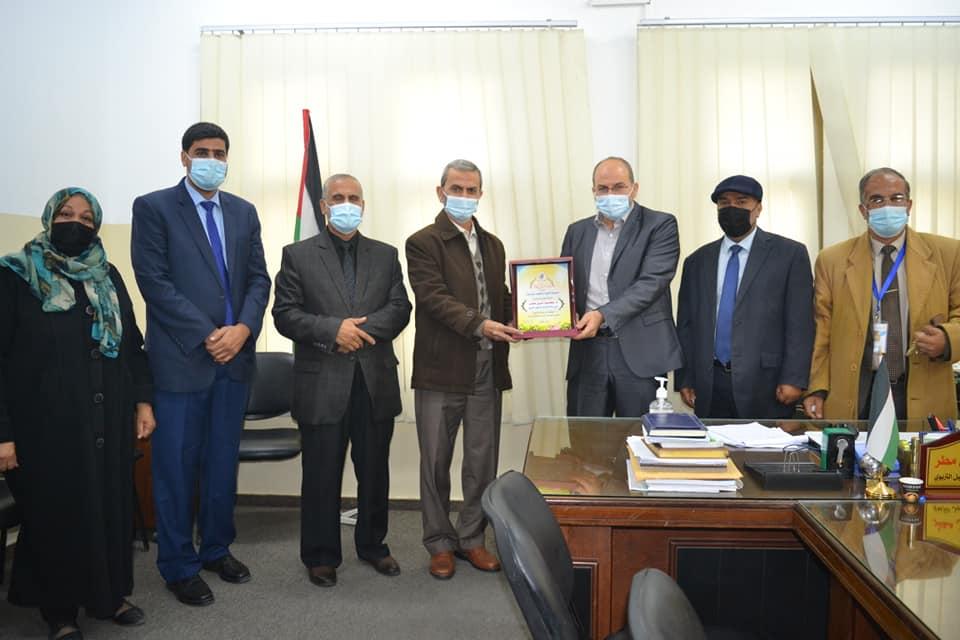 مديرية تعليم شرق غزة تهنيء الدكتور مطر و الدكتور المجدلاوي بحصولهما علي الدكتوراة.